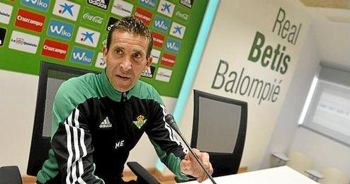 El entrenador verdiblanco Juan Merino en sala de prensa.