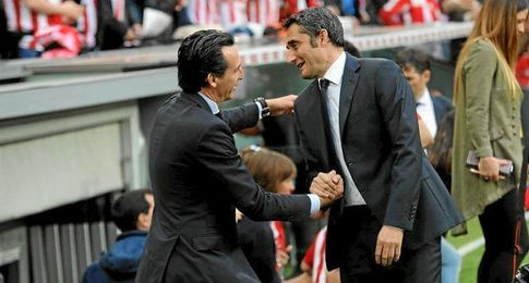 Emery y Valverde, saludándose.