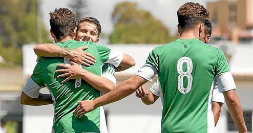 Los jugadores del Betis B celebran uno de los goles.