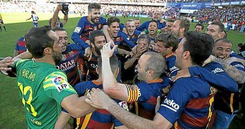 Iniesta, en medio de la ´piña´, celebrando la Liga en Granada.