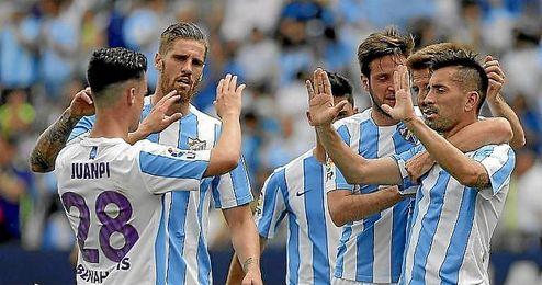 Los jugadores del Málaga celebran un gol ante Las Palmas.