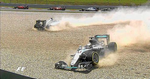 Hamilton y Rosberg han acabado fuera de la pista.