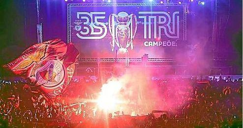 Celebración con aficionados del Benfica
