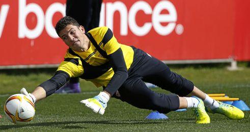 David Soria, entrenándose con el Sevilla.