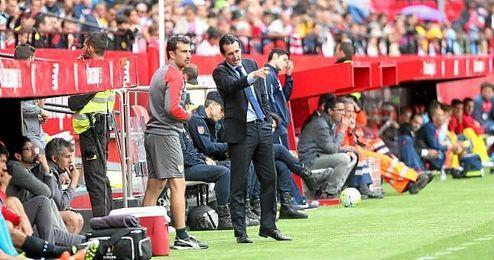 Unai Emery junto a Carcedo durante el partido ante el Granada.