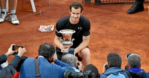 Andy Murray posando con el trofeo de Roma.
