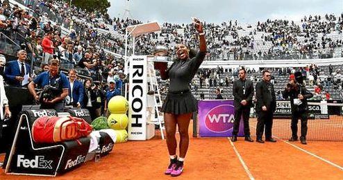 El ´selfie´ de Serena Williams con el trofeo del torneo romano.