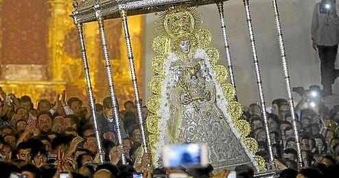 La Virgen del Rocío, por las calles de la aldea.