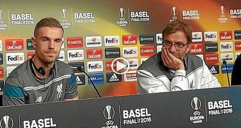 Klopp y Henderson, en la rueda de prensa del Liverpool.
