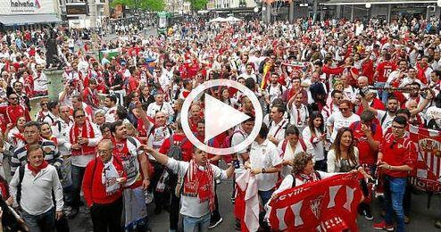 Los sevillistas entonan el himno creado por ´El Arrebato´ en Basilea.