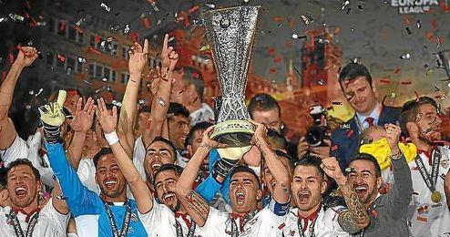 Reyes levanta la Copa de la Europa League en Basilea.
