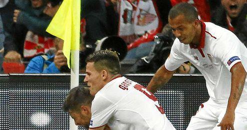 Mariano, celebra el gol de Gameiro, del que fue el asistente.