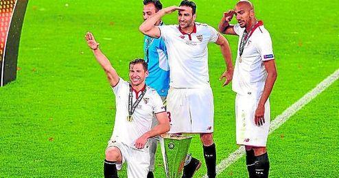 Krychowiak, Rami, N´Zonzi y Beto se fotografían junto a la quinta Europa League conseguida.