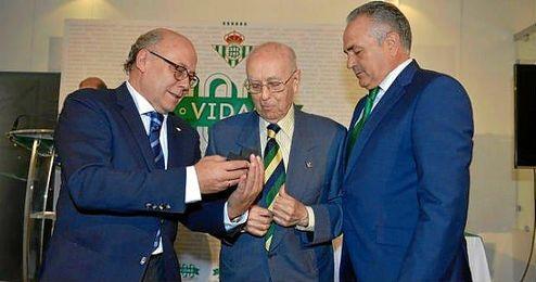 Juan Antonio �lvarez, en el homenaje a los 100 socios m�s antiguos del Real Betis del pasado mes de septiembre.