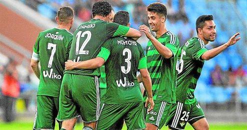 Los jugadores del Betis celebran uno de los goles ante el Recre.