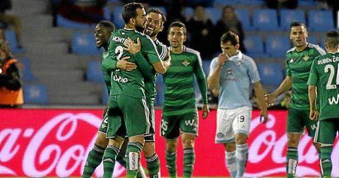 Martín Montoya, abrazado por sus compañeros tras su asistencia a N´Diaye en Vigo.