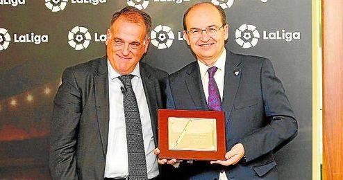José Castro posa con la placa junto a Javier Tebas.