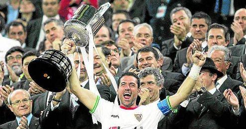 El actual rey Felipe VI entregó la Copa a Palop en 2010.