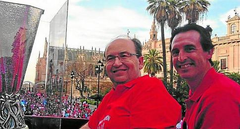 Emery, celebrando la Europa League junto a Castro.
