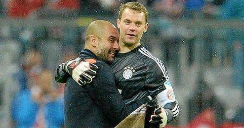 Pep Guardiola abrazando a Manuel Neuer.