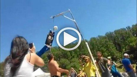 'Tifosis' de Rossi ahorcan y queman un mu�eco de Marc M�rquez