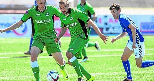 Barranco (centro) conduce el esférico en un lance del Socuéllamos-Toledo de la presente temporada, duelo que acabó 1-0.