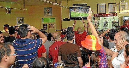 El 53% de los españoles prefiere ver el fútbol en los bares.