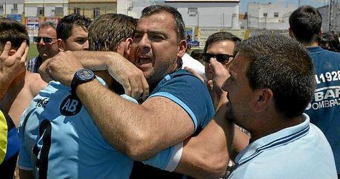 Joaquín Hidalgo, entrenador de la Lebrijana, abraza a Juande tras lograr la salvación
