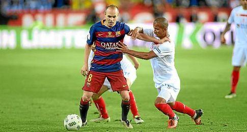 Mariano, luchando con Iniesta durante la final de Copa frente al Barcelona.