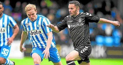 Riza Durmisi se marcha de varios rivales durante un encuentro de la Alka Superligaen.