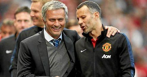 José Mourinho hablando con Ryan Giggs tras un encuentro.