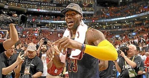 LeBron celebra el triunfo y el pase a la final de la NBA.