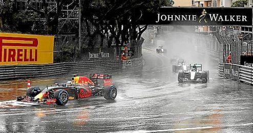 Ricciardo, perseguido por Rosberg en un lance de carrera.