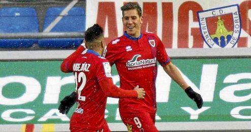 Jorge Díaz felicita al placentino por uno de los once tantos conseguidos con la camiseta rojilla.