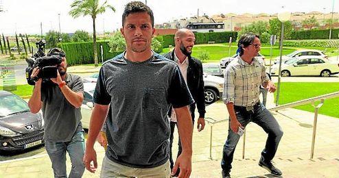 Riza Durmisi, a su llegada a Sevilla para firmar su contrato por las próximas cinco temporadas.