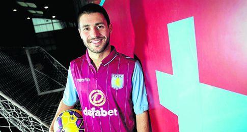 Carles Gil, con la elástica de Aston Villa.