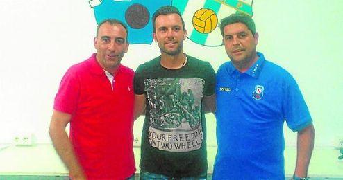 Andrés Millán (izquierda), nuevo entrenador del Nervión, posa con Roberto (centro).