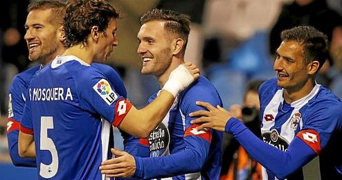 Lucas Pérez celebra un gol con sus compañeros.