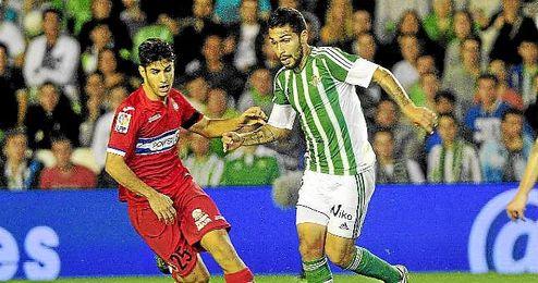 Petros conduce el bal�n en el Betis-Espanyol.