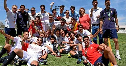 Los cadetes del Sevilla celebran el título de campeón de Andalucía.