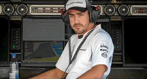 Alonso, que quedó fuera de carrera en el Gp de Cataluña, pensativo.