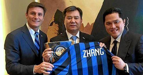 Javier Zanetti y Erick Thohir junto a Zhang Jingdong, presidente del grupo chino Suning, que ha comprado el Inter.