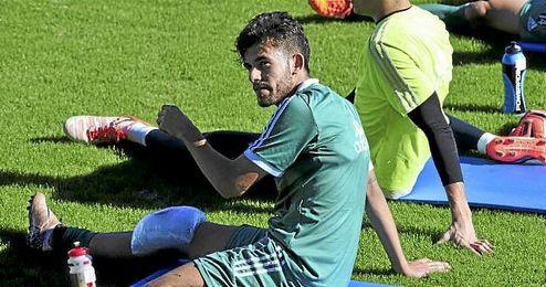 Dani Ceballos descansando durante un entrenamiento del Betis este curso.