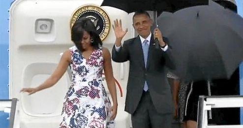 Barack Obama y Michelle Obama saludan a su llegada a Cuba.