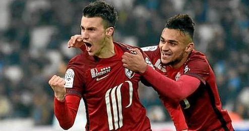 Corchia celebra un gol con la elástica del Lille.