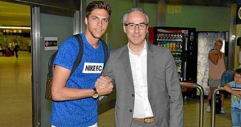 Jonas Martin posa junto a Migue Torrecilla a su llegada a Sevilla.