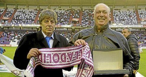 Quino Salvo (derecha) en un homenaje del Valladolid.