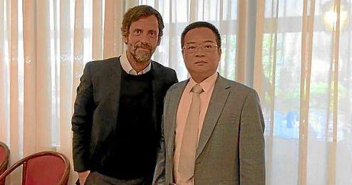 Quique, con el presidente del Espanyol, Chen Yansheng.
