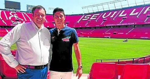 """El actual capitán del Decano, Jesús Vázquez, ha visitado el Pizjuán para buscar la colaboración del Sevilla: """"Recorreré el mundo para salvarte Recreativo""""."""