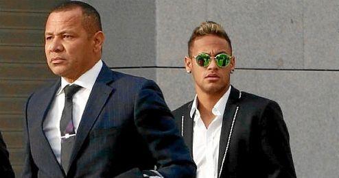 Neymar, cuando declaró en la Audiencia Provincial, junto a su padre.